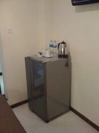 Bemo Corner Guest House: Fridge, Kettle and welcome drink (There is no minibar in the fridge)