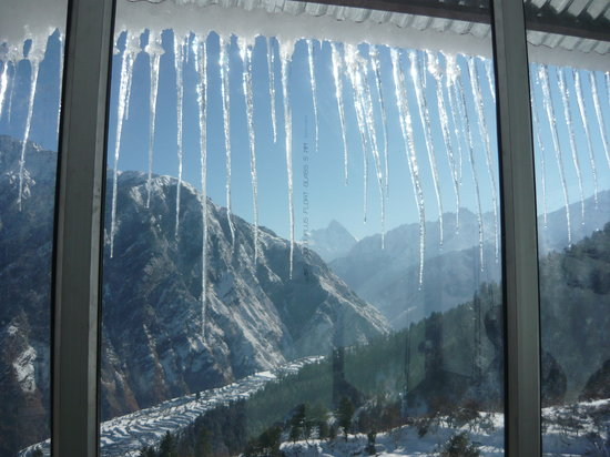 Auli, India: View from Devi Darshan Lodge during winters