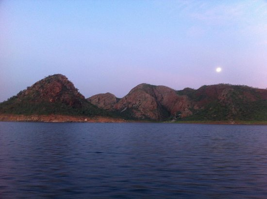 Lake Argyle Cruises:                   Moon rise over Lake Argyle
