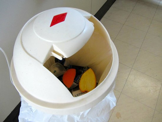 Motel 384:                   Bin with broken and missing lid