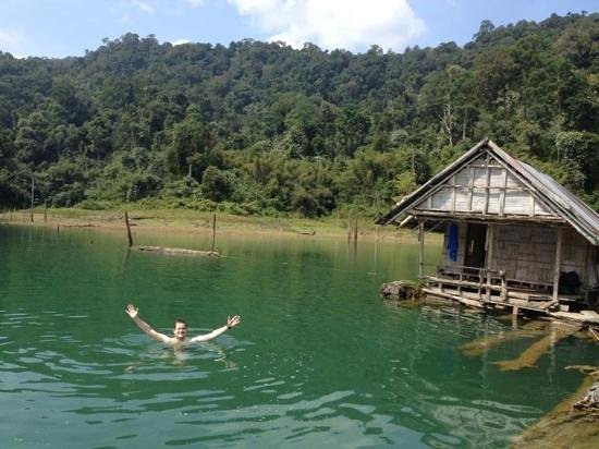 Khao Sok Pantoorat Mountain Lodge :                   swimming in the lake