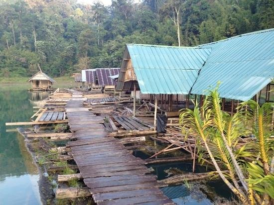 Khao Sok Pantoorat Mountain Lodge :                   raft houses