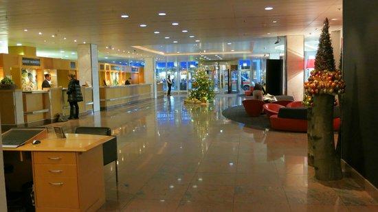 Swissotel Zurich:                   lobby                 