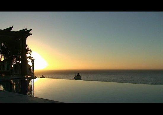 Compass House Boutique Hotel:                   sonnenuntergang am pool mit atlantikblick