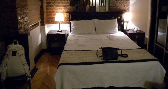 10 Suites: bed