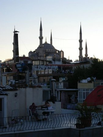‪هوتل بننسولا: view from roof-top patio of Blue Mosque‬
