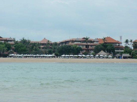 Nusa Dua Beach Hotel & Spa:                   Ausblick von der Sandbank bei Ebbe auf das Hotel
