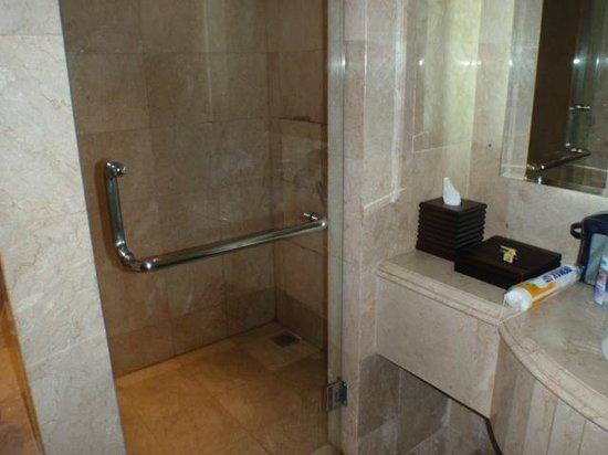 Nusa Dua Beach Hotel & Spa:                   Bad und Dusche (war immer sauber!!)