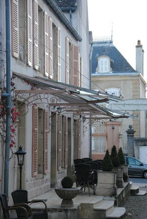 Hôtel les Charmes : L'élégant péron de la maison principale