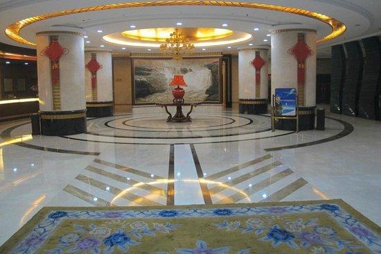 Huanghe Grand Hotel: Spacious lobby