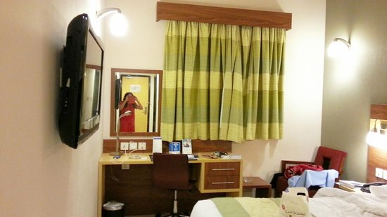 Citymax Hotels Bur Dubai: drawn curtains, windows open a bit