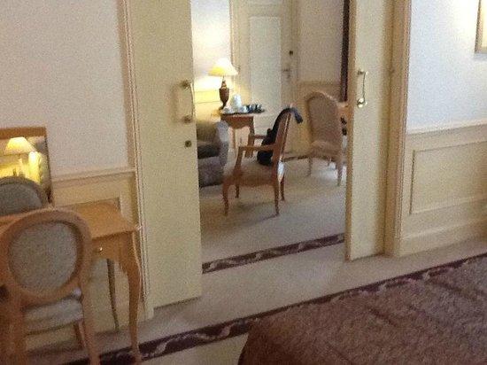 Hotel Lotti Paris: Salón desde dormitorio