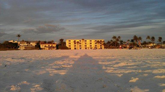 Outrigger Beach Resort: Blick aufs Hotel vom Strand aus
