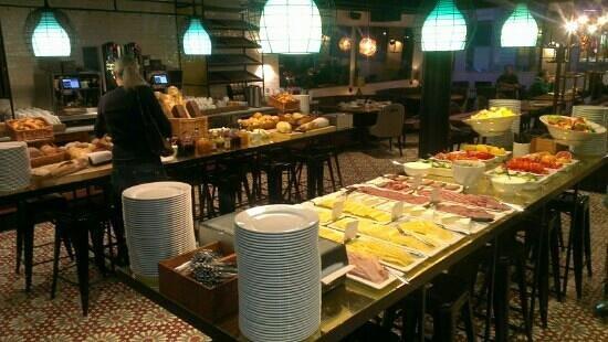 Scandic Grand Central:                   Den mest fantastiska hotellfrukost jag sett och ätit... 3/2 2013