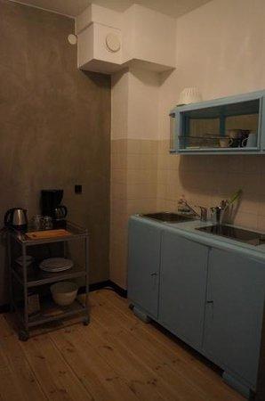 ARTHOTEL STALOWA 52 :                   'Retro Room' kitchen