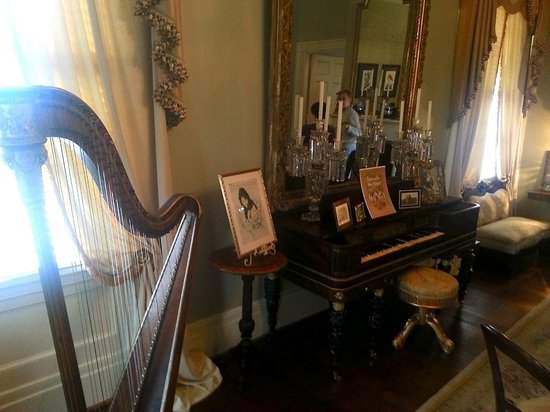 Historic Oak Hill Inn: beautiful collection