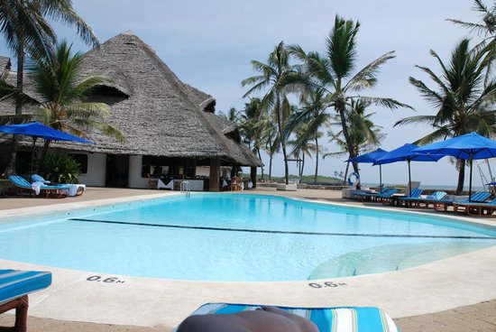 Hemingways Watamu: Relaxing by one of the two pools