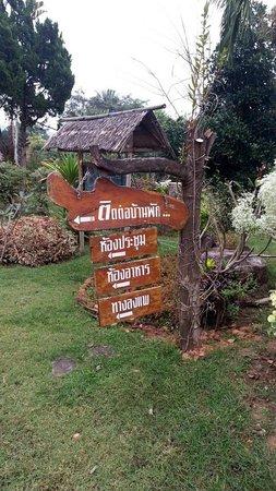 Happiness Resort: ป้ายชี้ทางในบริเวณรีสอร์ทครับ