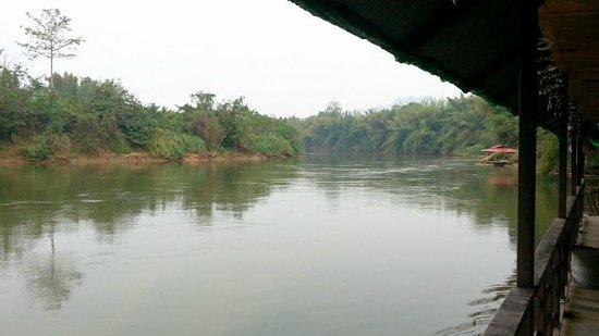 Happiness Resort:                   ถ่ายจากแพริมแม่น้ำ ของรีสอร์ทครับ