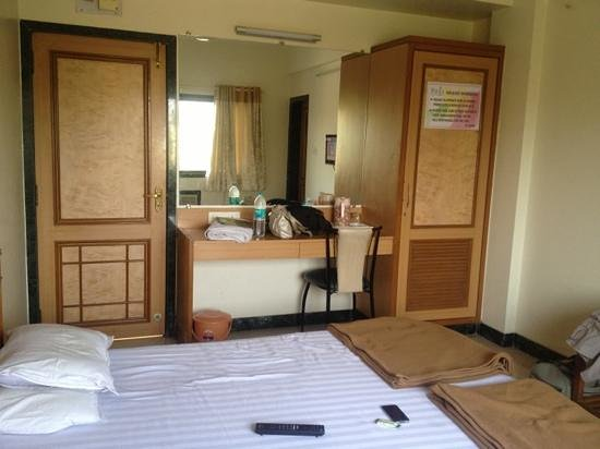 Hotel Pooja International : Dressing and wardrobe area