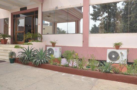 Hotel Madhuvan: hotel entrance