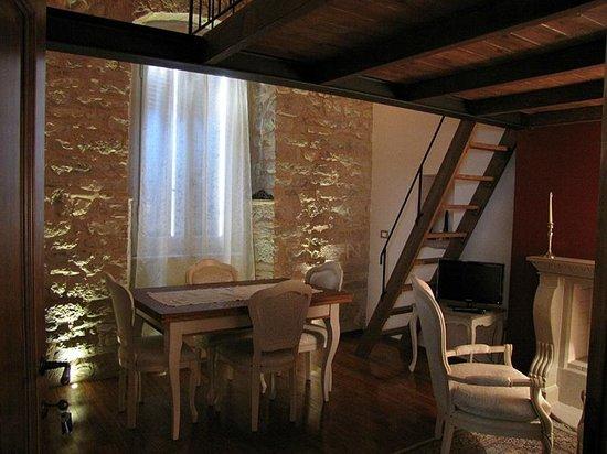 Camera con parete in pietra e bagno parquet foto di la luna nel