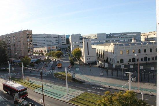 NH Sevilla Viapol: vue de la chambre sur l'université de Siviglia