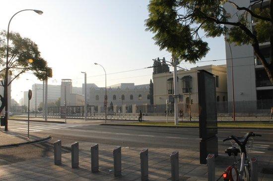 NH Sevilla Viapol: devant l'hotel - l'Université de Siviglia