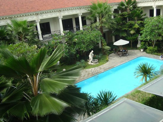 The Grand Palace Hotel Yogyakarta:                   View area kolam renang