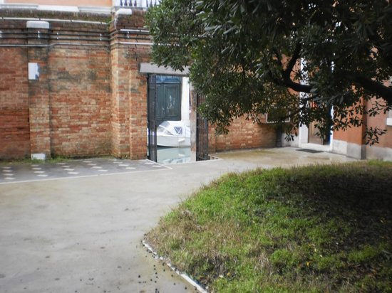 Ostello Santa Fosca:                                     courette pour rejoindre la chambre