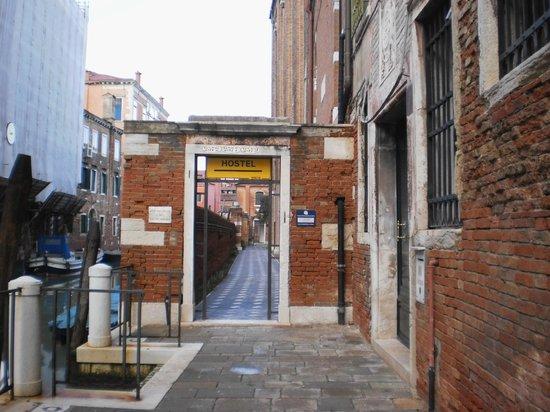 Ostello Santa Fosca:                                     entrée de l'hôtel : il n'y a mm pas le nom inscrit .....just