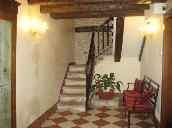 هوتل ألبونتيه موشينيجو: Staircase in Salizada San Stae annexe