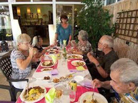 Restaurante Indonesia :                   samen met vrienden bij Lona, de eigenaresse .