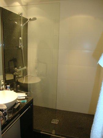Motel One Wien Westbahnhof: Schönes kleines Bad