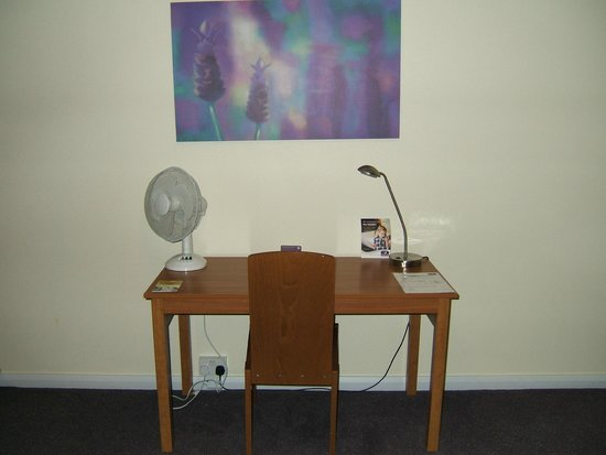 Premier Inn Doncaster Central East: Desk area