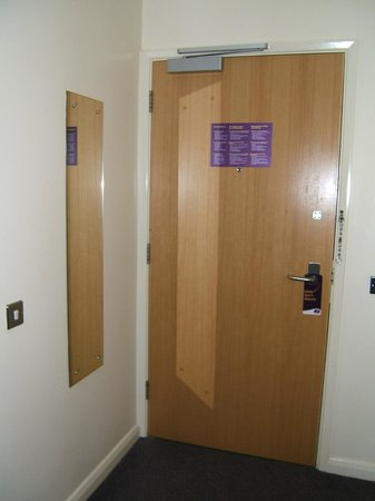 Premier Inn Doncaster Central East: Front door and mirror