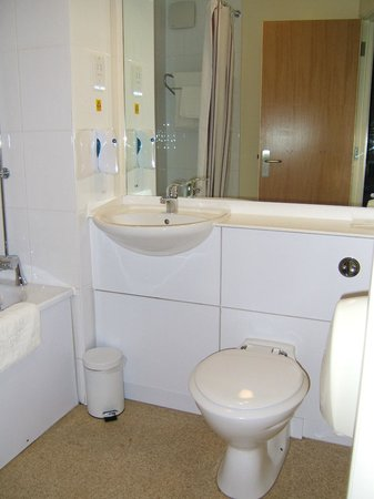 Premier Inn Doncaster Central East: Bathroom