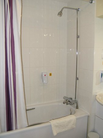 Premier Inn Doncaster Central East: Shower over bath