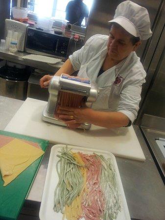 Ristorante De Gustibus : La signora Lina che ogni giorno fa la pasta a mano