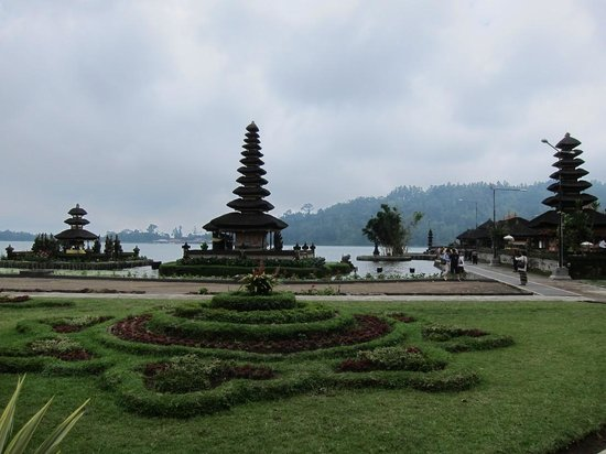 Ulun Danu Temple:                   Tempel view from garden next to it