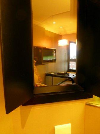 Sofitel Brussels Le Louise:                   fenêtre communicante de la SDB à la chambre (se ferme pour plus d'intimité)