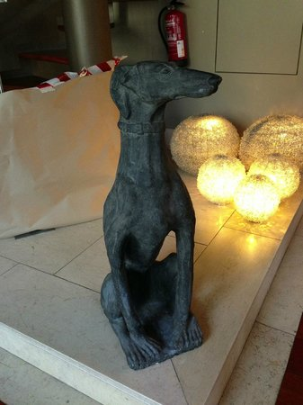 Heritage Avenida Liberdade Hotel: A nice statue of a dog that welcomes you!!