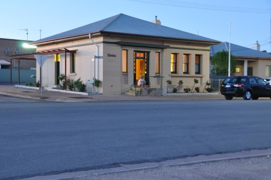 Kimba Gateway Hotel: Old Post Office With Standalone Rooms