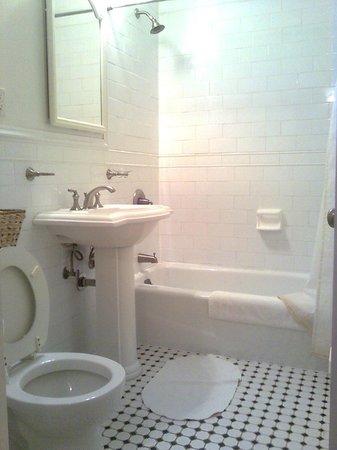 Indigo Arms Guest House:                   Baño compartido con 3 o 4 habitaciones: poco limpio