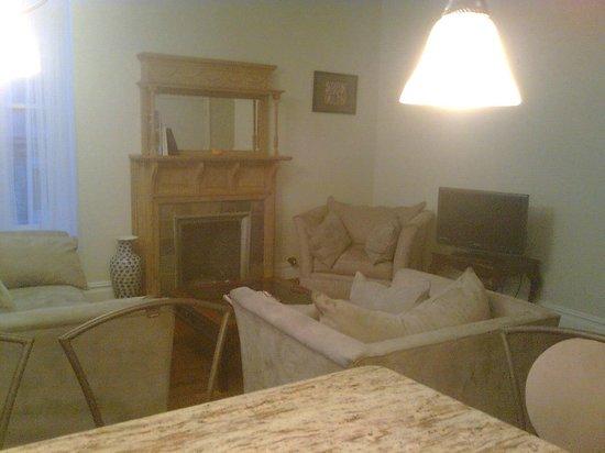 Indigo Arms Guest House:                   Sala con tv impracticable, fria y ruidosa por ventanas finas mal colocadas