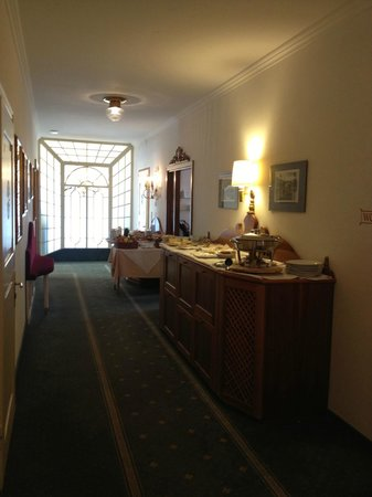 Hotel am Stetteneck:                   Hallway to dining room. in the morning for breakfast