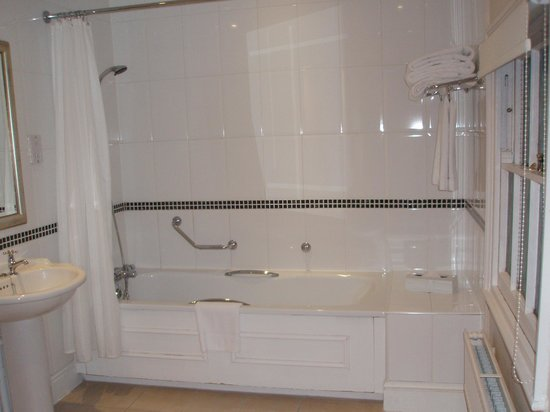 Hilton Puckrup Hall, Tewkesbury: Large, pristine bathroom