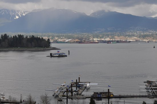 Pinnacle Hotel Vancouver Harbourfront:                   View of the seaplanes with Whistler Mountain in the background