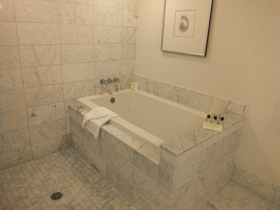 Trump International Hotel Waikiki:                   バスルーム お湯も貯められます