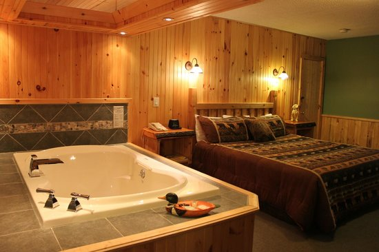 Vacationland Inn: northwoods suite